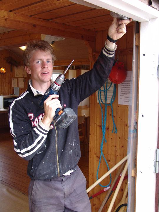 Joel med borr i handen
