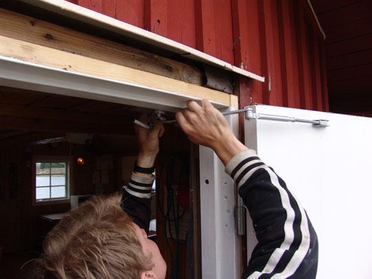 Joel fixar dörrstängaren